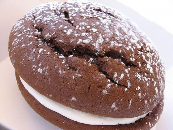 800px-Whoopie_pie_with_dusting_of_confectioner's_sugar